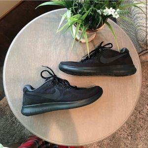 NIKE RUNNING TENNIS SHOES ALL BLACK DESIGN